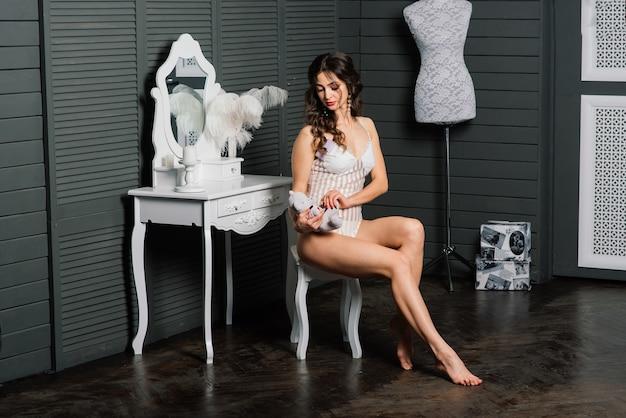 Portrait d'une belle jeune femme dans un sous-vêtement blanc