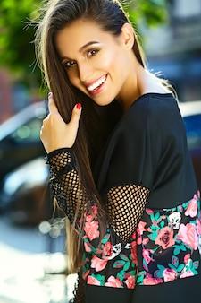 Portrait de la belle jeune femme élégante dans la rue