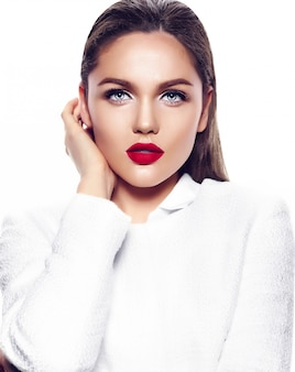 Portrait de la belle jeune femme élégante