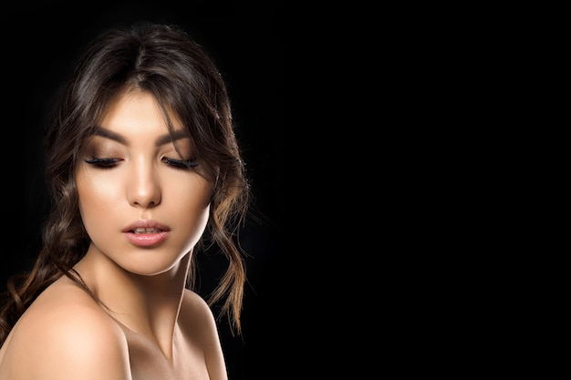 Portrait de la belle jeune femme avec espace copie. maquillage estival et bronzage clair. concept de cosmétiques, de soins de la peau ou de cosmétologie