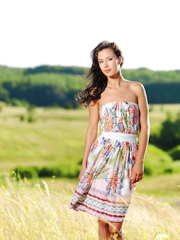 Portrait de la belle jeune femme à l'extérieur