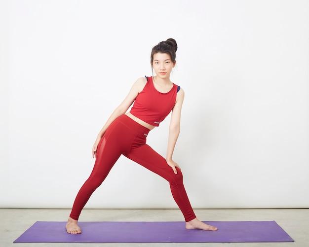 Portrait de la belle jeune femme fitness yoga position d'exercice d'échauffement