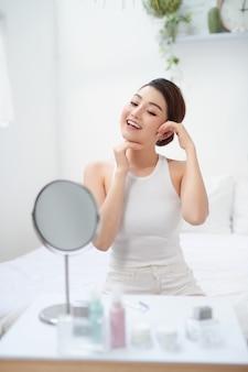 Portrait de belle jeune femme heureuse avec une peau saine et fraîche