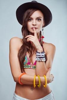 Portrait de belle jeune femme hippie