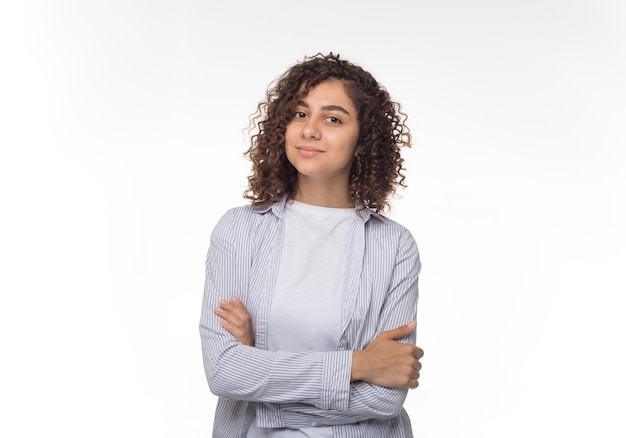 Portrait d'une belle jeune femme hispanique sur fond blanc. étudiant