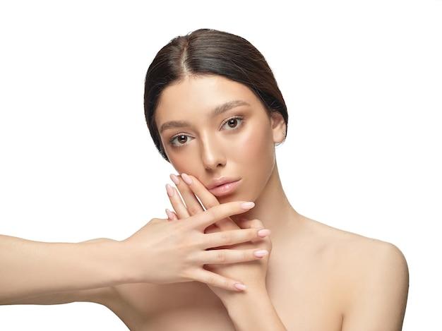 Portrait de la belle jeune femme isolée sur mur blanc. modèle féminin en bonne santé caucasien et posant. concept de santé et beauté des femmes, soins personnels, soins du corps et de la peau.