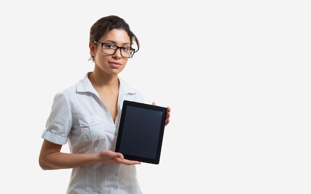 Portrait d'une belle jeune femme à lunettes avec une tablette