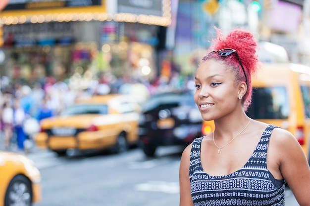 Portrait de la belle jeune femme à new york