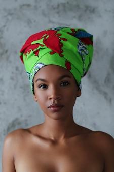 Portrait d'une belle jeune femme noire avec des costumes africains traditionnels