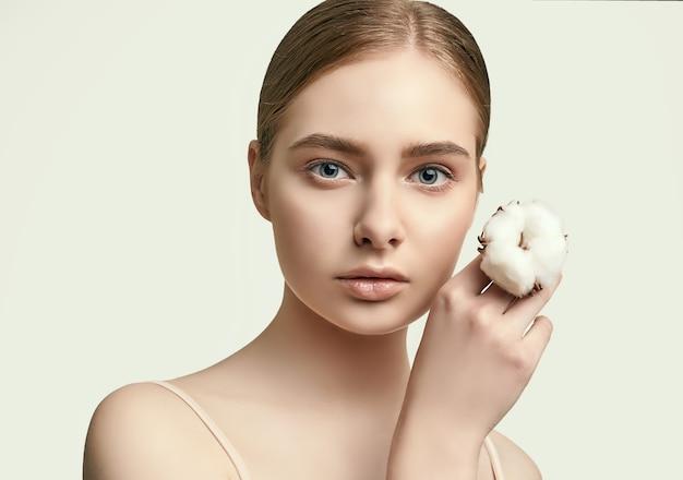 Portrait de la belle jeune femme avec une peau parfaite propre posant