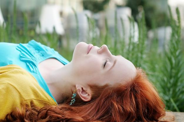 Portrait de belle jeune femme en plein air