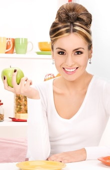 Portrait de belle jeune femme avec pomme verte