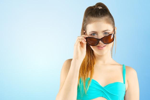 Portrait d'une belle jeune femme qui pose en bikini