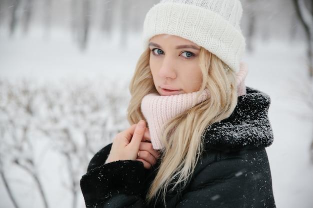 Portrait d'une belle jeune femme de race blanche, heure d'hiver, gros plan. espace copie