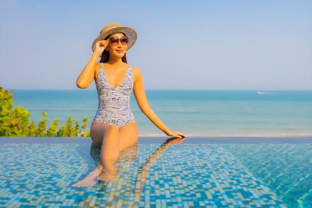 Portrait de la belle jeune femme reposante sur la piscine