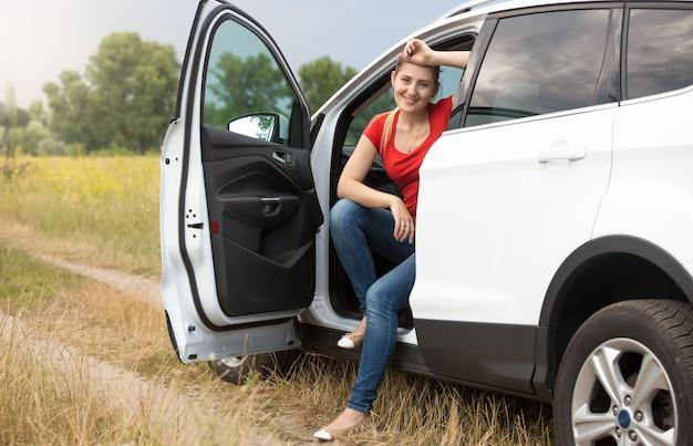 Le portrait de la belle jeune femme s'est perdu en conduisant la voiture