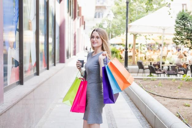 Portrait d'une belle jeune femme avec des sacs multicolores