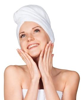 Portrait de belle jeune femme en serviette blanche sur la tête sur fond blanc