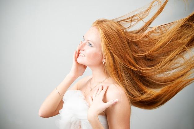 Portrait d'une belle jeune femme. soin des cheveux. prendre soin de la peau