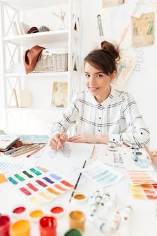 Portrait d'une belle jeune femme styliste travaillant