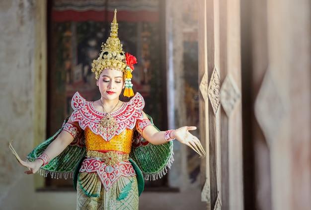 Portrait de belle jeune femme thaïlandaise en costume traditionnel kinnaree