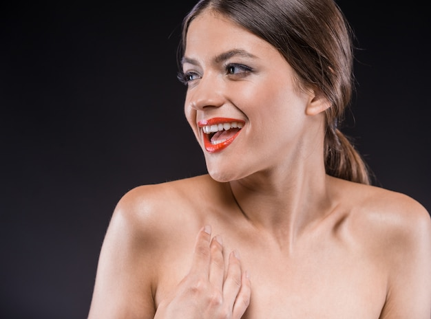 Portrait de la belle jeune femme torse nue.