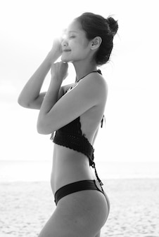 Portrait d'une belle jeune femme touristique asiatique profitant de vacances sur l'île de koh lanta en thaïlande