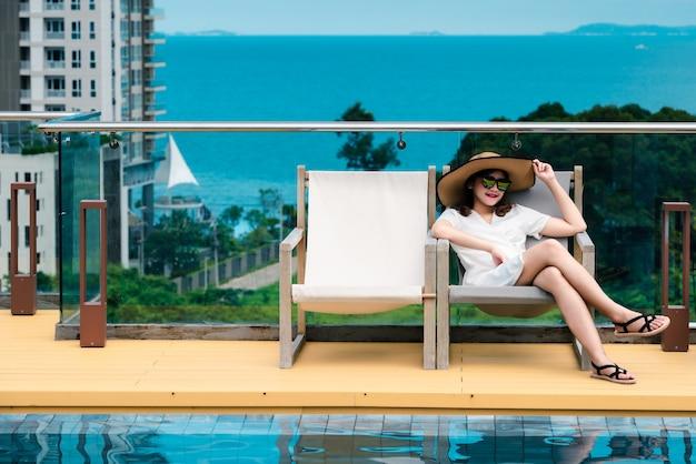 Portrait d'une belle jeune femme en vacances.