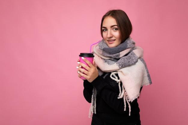 Portrait de la belle jeune femme en vêtements d'hiver
