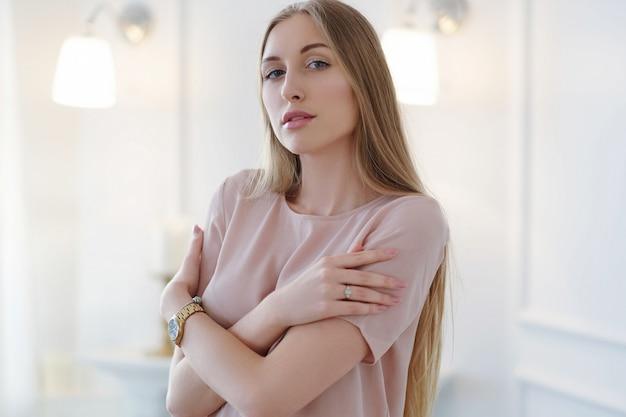 Portrait de belle jeune femme