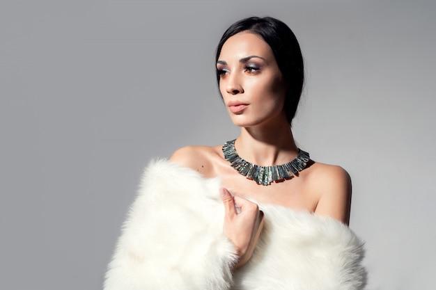 Portrait d'une belle jeune fille caucasienne aux épaules nues