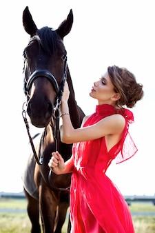 Portrait d'une belle jeune fille avec un cheval