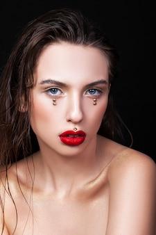 Portrait d'une belle jeune fille avec du maquillage créatif