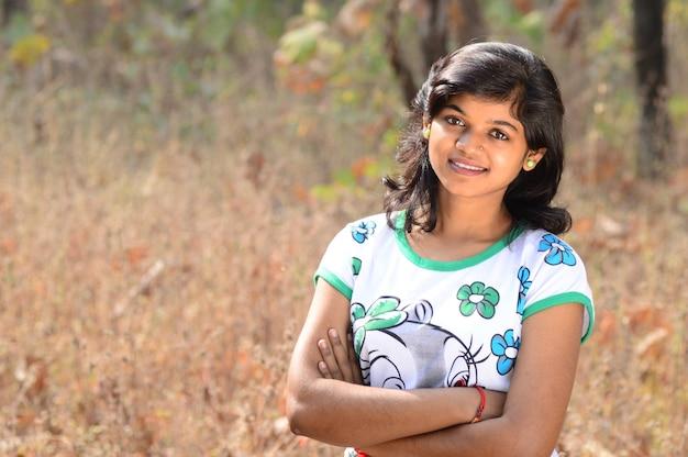 Portrait de la belle jeune fille à l'extérieur dans le parc.