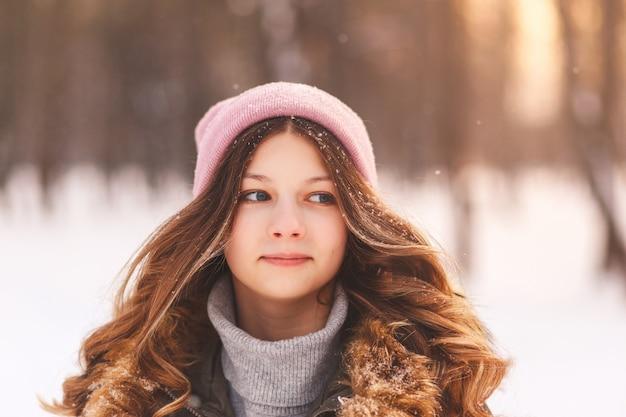 Portrait d'une belle jeune fille en hiver en gros plan nature