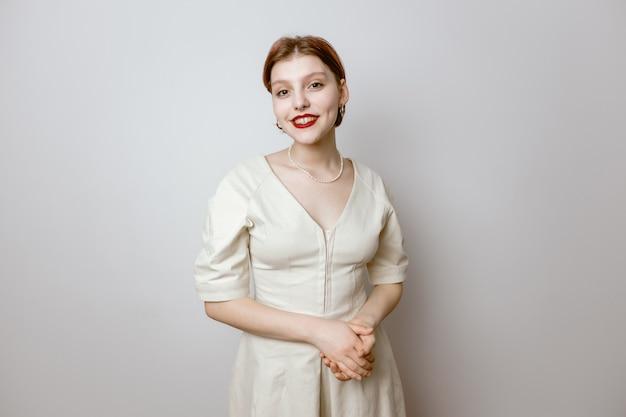 Portrait d'une belle jeune fille souriante aux lèvres rouges et aux grands yeux