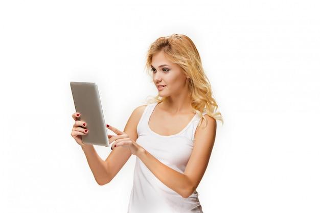 Portrait de la belle jeune fille souriante avec ordinateur portable moderne