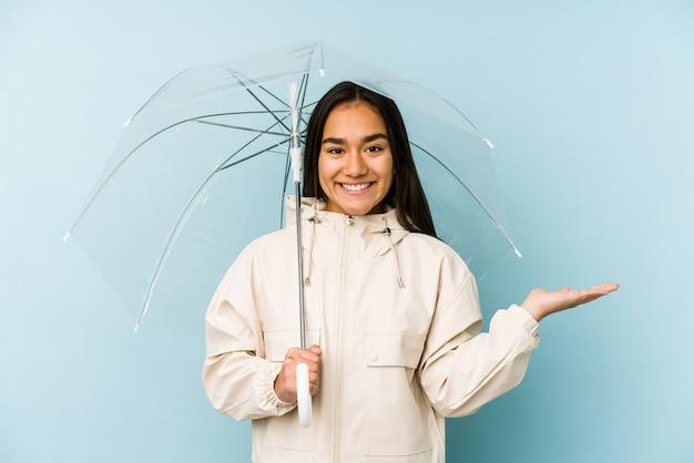 Portrait d'une belle jeune fille tenant un parapluie