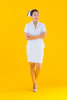 Portrait belle jeune infirmière thaïlandaise asiatique