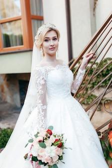 Portrait d'une belle jeune mariée avec un bouquet