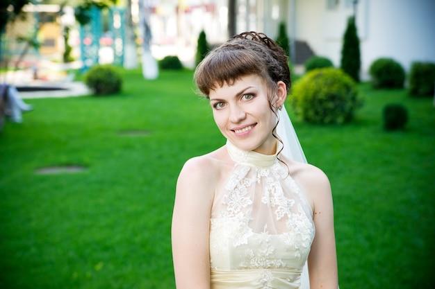 Portrait de la belle jeune mariée sur la nature