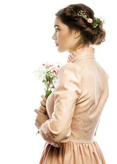 Portrait de la belle jeune mariée en robe rose isolé sur espace blanc