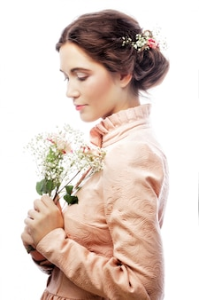 Portrait de la belle jeune mariée en robe rose