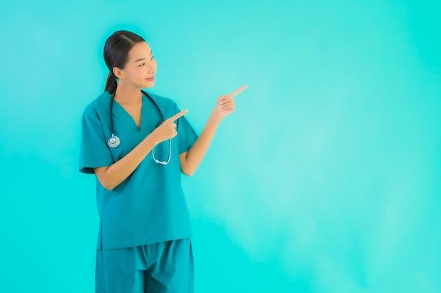 Portrait belle jeune médecin asiatique femme sourire heureux