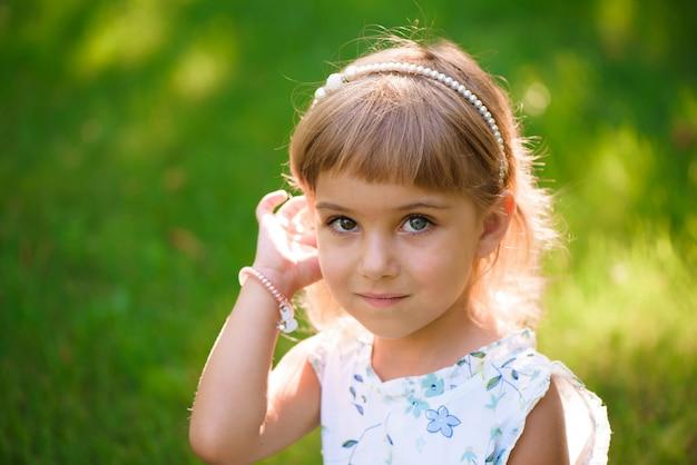 Portrait d'une belle jeune petite fille