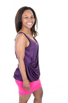Portrait de la belle jolie femme afro-américaine portant des vêtements violets roses avec un sourire heureux