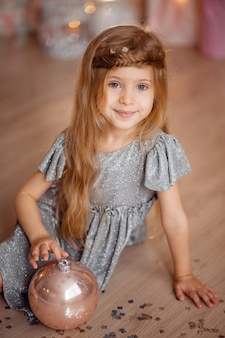 Portrait d'une belle jolie fille aux longs cheveux blonds et aux yeux bleus sur fond