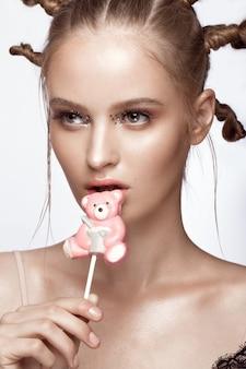 Portrait de la belle jolie fille avec une coiffure amusante et un maquillage d'art créatif. beau visage.