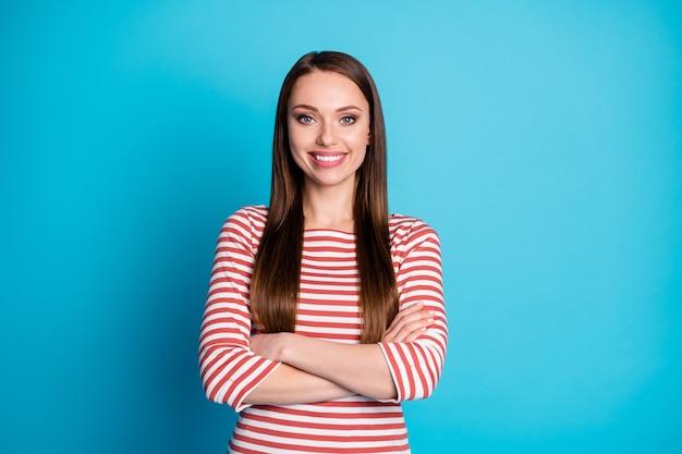 Portrait d'une belle jolie fille les mains croisées aiment travailler porter une chemise de style décontracté isolée sur fond de couleur bleu