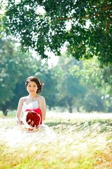 Portrait de belle mariée avec bouquet de rose
